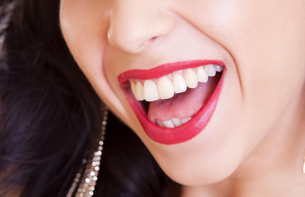口を大きく開けた女性の写真